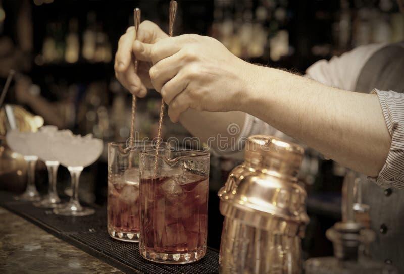 O barman está agitando cocktail fotografia de stock royalty free