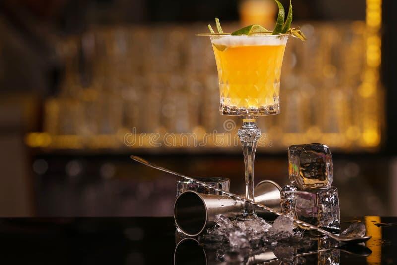 O barman est? fazendo a Pisco a bebida ?cida do cocktail do ?lcool fotografia de stock