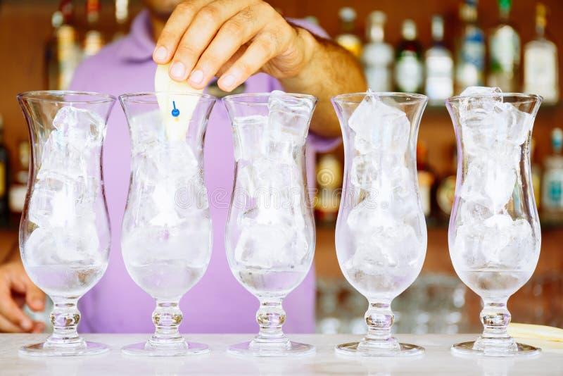 O barman faz cocktail do ofício perto da associação Férias, verão, feriado, conceito do recurso luxuoso imagens de stock royalty free