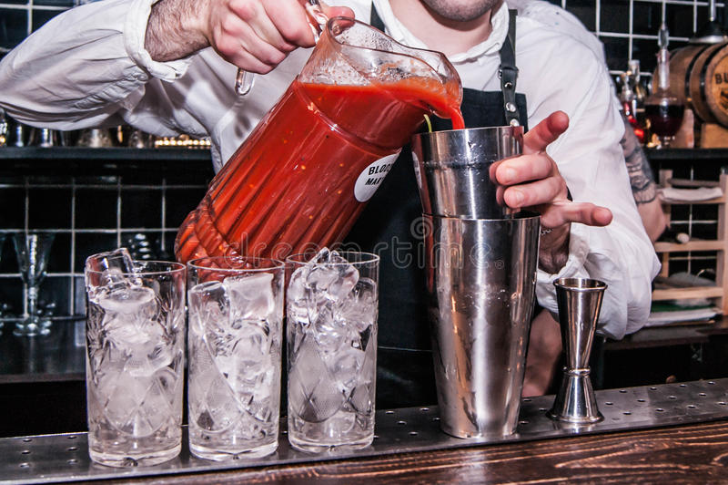 O barman faz um Bloody Mary do cocktail imagem de stock royalty free