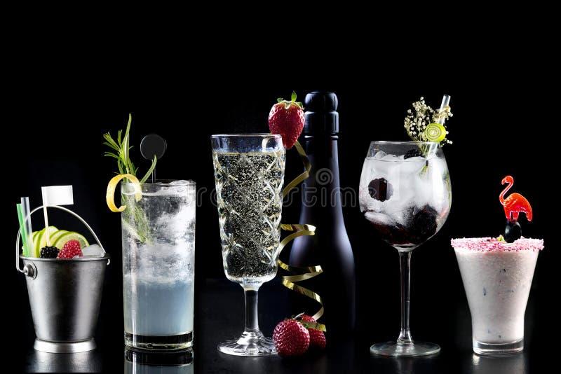 O barman na moda do hotel da seleção da barra do álcool dos cocktail decora fotografia de stock
