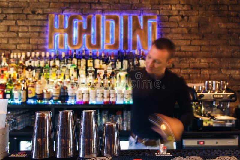 Download O Barman Que Trabalha Rapidamente Foto de Stock Editorial - Imagem de houdini, homem: 80101723