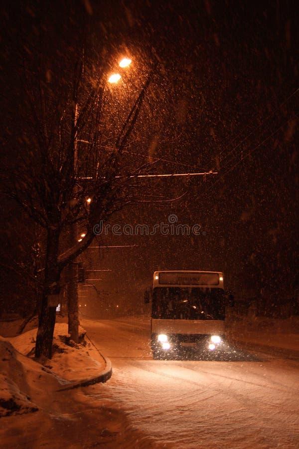 O barramento na rua do inverno. imagens de stock royalty free