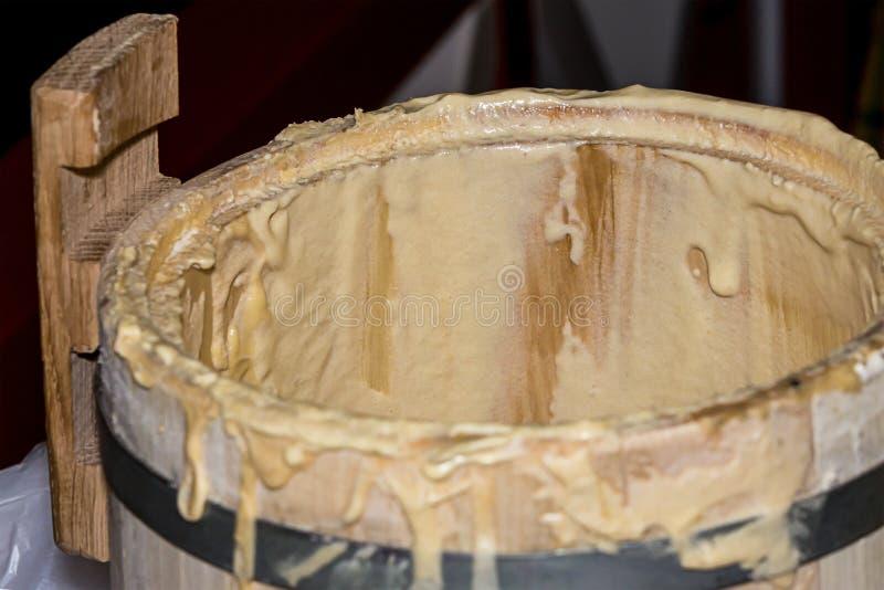 O barril de madeira do tambor com aro do ferro misturou a produção natural das tradições da preservação da padaria da massa da ma imagem de stock