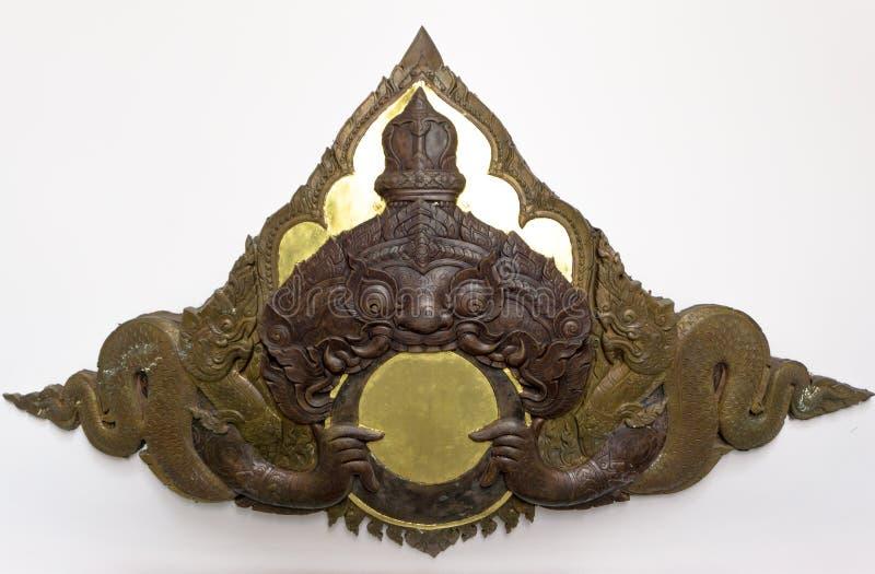 o Bas-relevo da andorinha gigante da literatura tailandesa a lua com grandes Nagas representa o eclipse lunar no salão sagrado do fotos de stock royalty free
