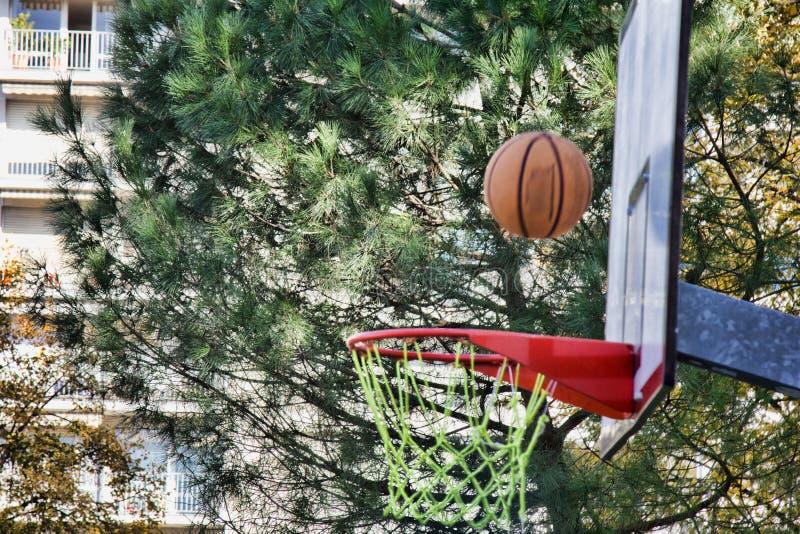 O basquete voa na borda ou nos falhos fotografia de stock royalty free