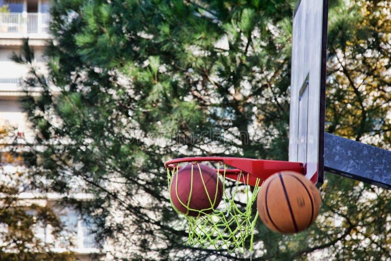 O basquete voa na borda ou nos falhos foto de stock