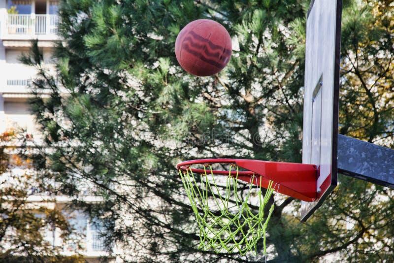 O basquete voa na borda ou nos falhos imagem de stock