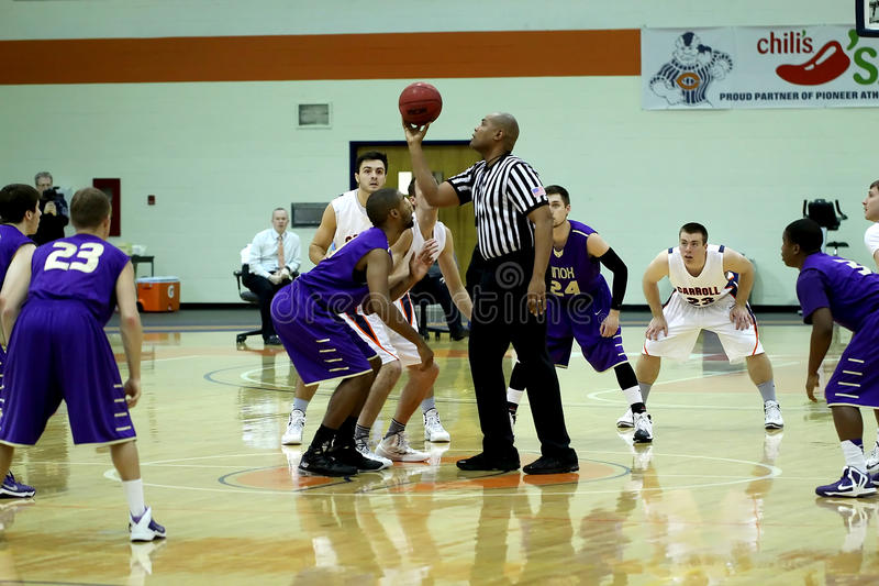 O basquetebol dos homens do NCAA DIV III da faculdade fotos de stock