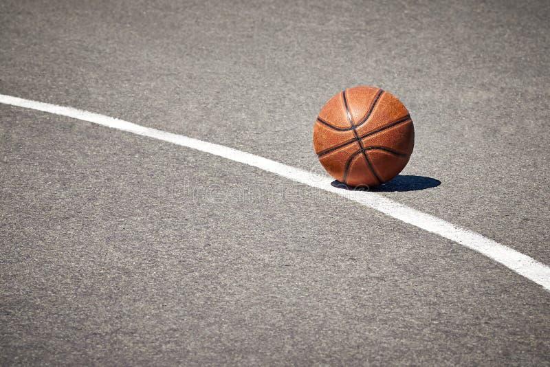 O basquetebol no pavimento fotos de stock royalty free