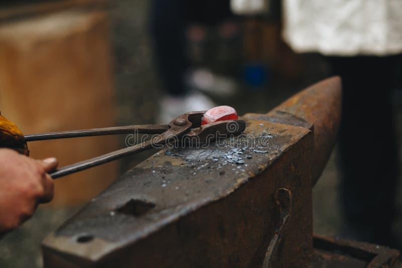 O batente do ferreiro é feito do aço forjado ou moldado, do ferro forjado com uma cara de aço dura, ou do ferro fundido com uma c imagens de stock