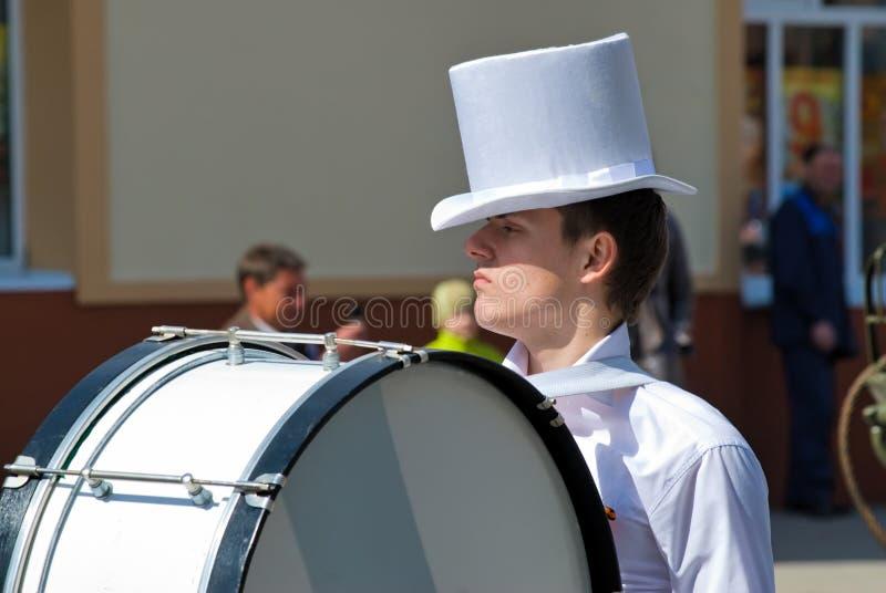 O baterista joga o cilindro grande na parada imagem de stock