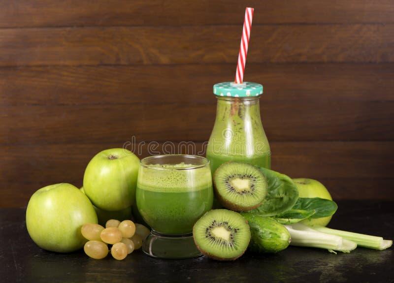 O batido verde saudável com espinafres em um frasco agride fotografia de stock royalty free
