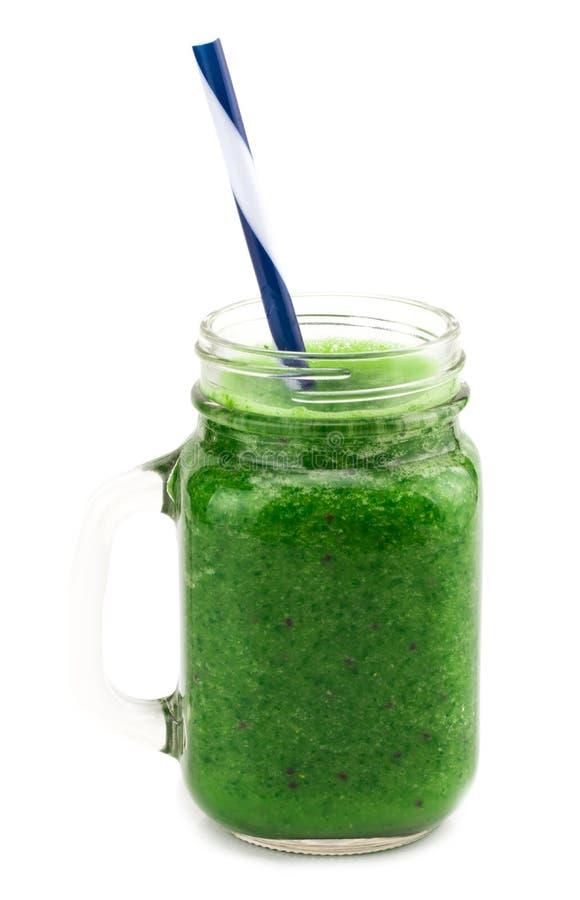 O batido verde saudável com espinafres em um frasco agride no whi imagens de stock