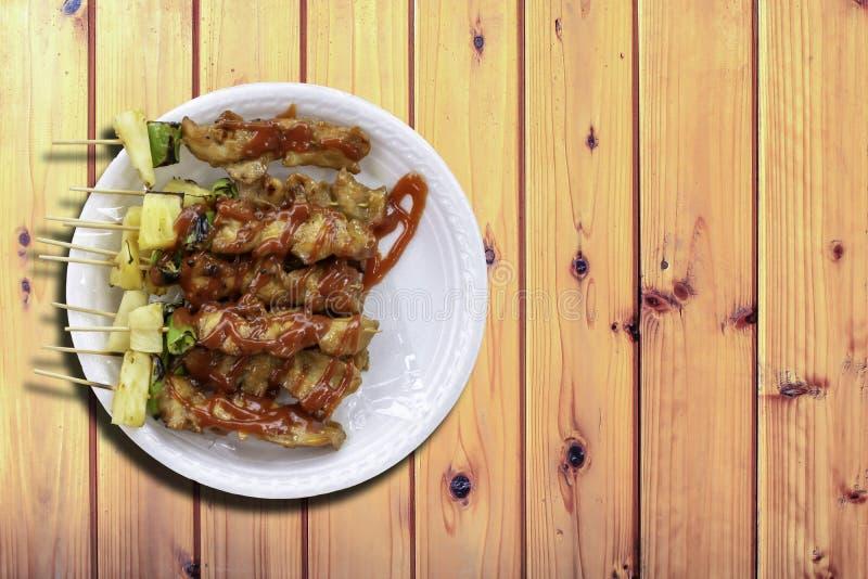 O BBQ grelhou a galinha com vegetais e molhos de tomate na tabela de madeira fotografia de stock royalty free