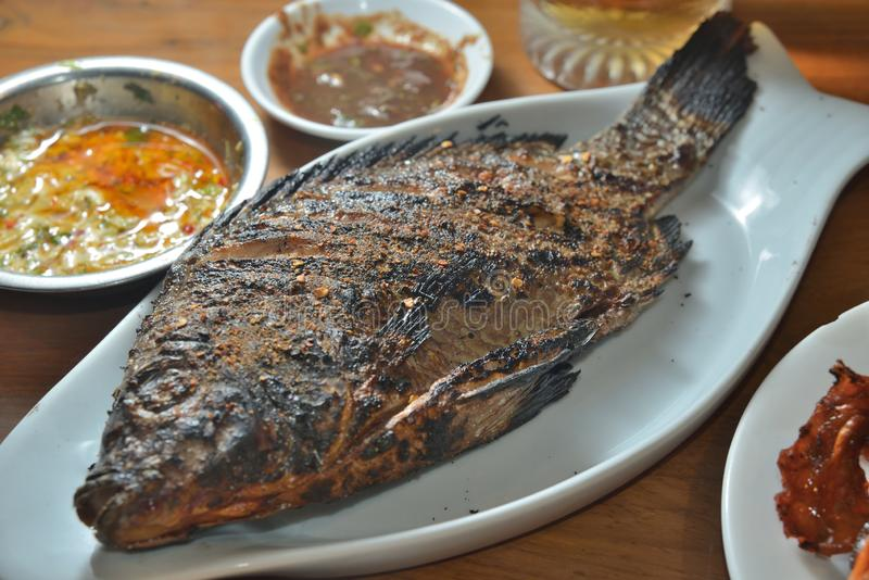 O BBQ roasted peixes da garoupa fotos de stock