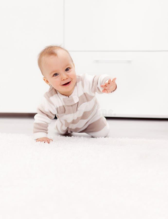 O bebé aprende rastejar fotos de stock