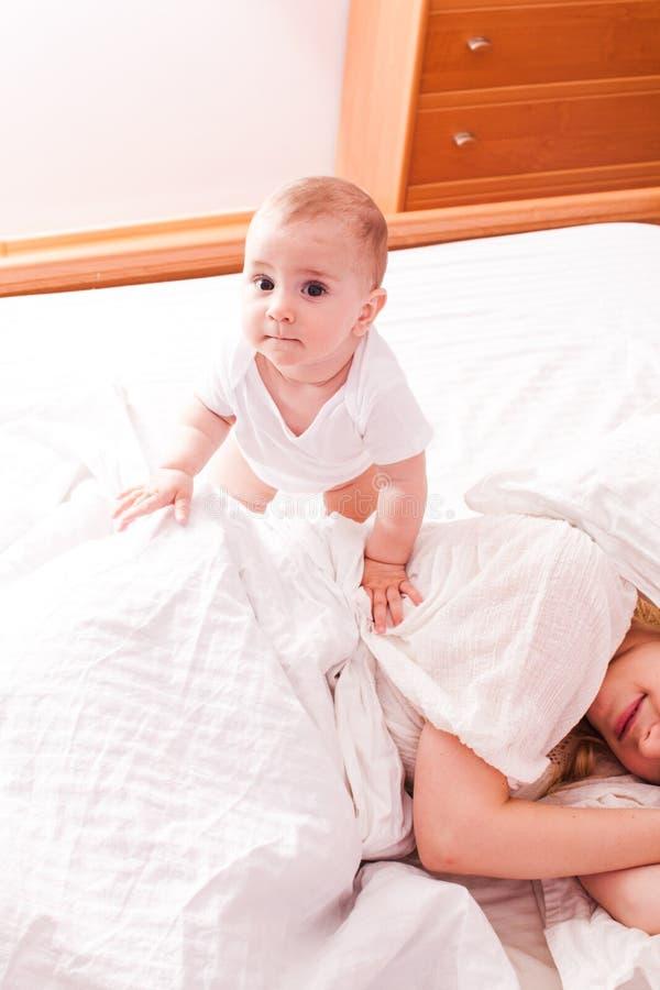 O bebê acorda a mamã sonolento imagem de stock royalty free