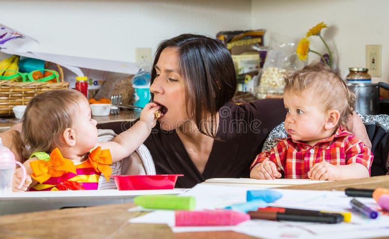 O bebê alimenta a mãe imagem de stock royalty free