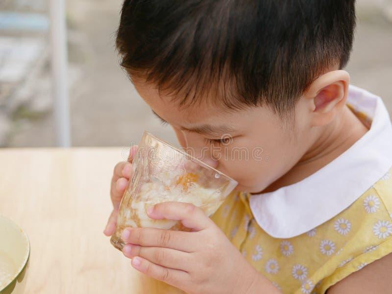 O bebê asiático aprecia tentar o alimento novo só, ovos quentes foto de stock royalty free