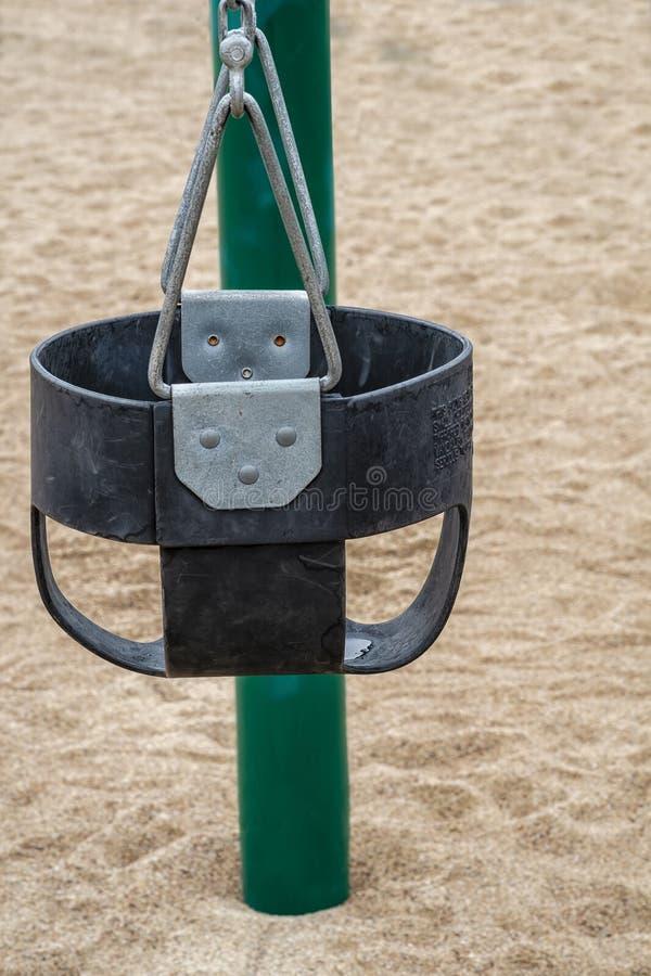 O bebê balança em um parque público foto de stock