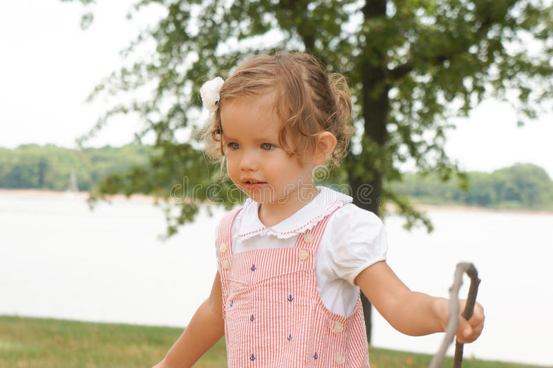 O bebê bonito está explorando a natureza foto de stock royalty free