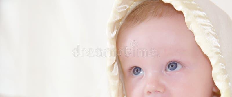 O bebê bonito está olhando acima fotos de stock royalty free