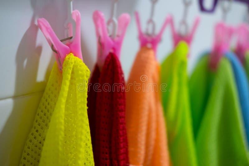 O bebê colorido caçoa a roupa que pendura na corda fotos de stock royalty free