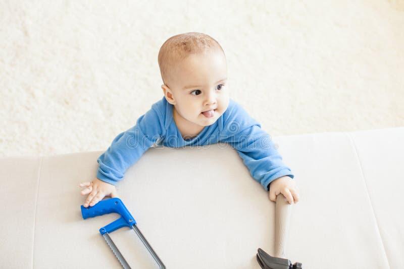 O bebê com martelo pretende trabalhar imagens de stock