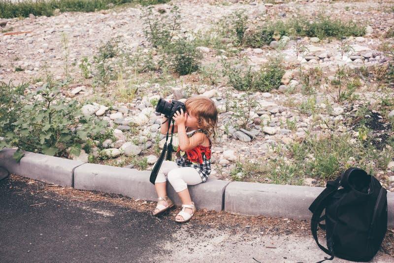 O bebê com uma câmera da foto toma imagens fotos de stock royalty free