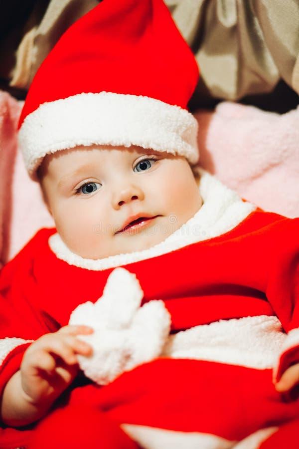 O bebê do ute do ¡ do  de à com olhos azuis em Santa veste-se e chapéu imagem de stock