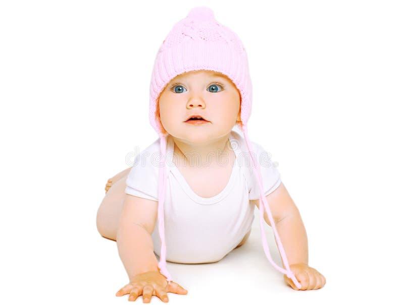 O bebê doce rasteja no chapéu feito malha imagem de stock royalty free