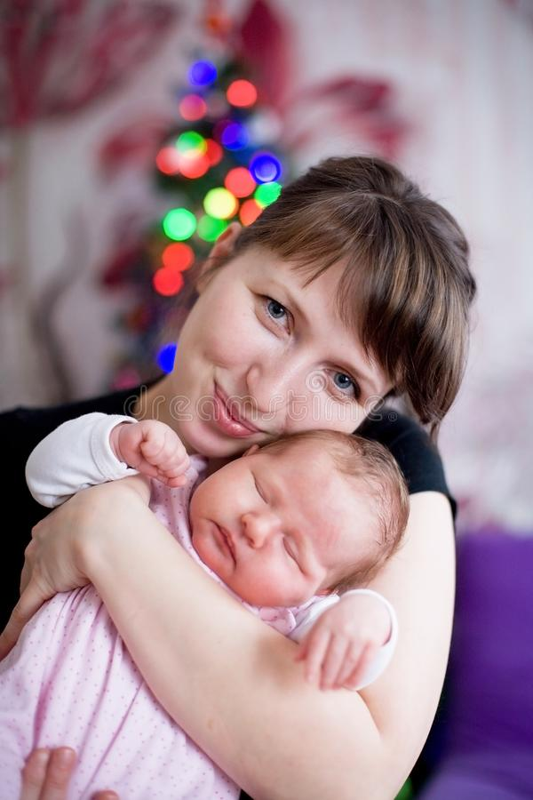 O bebê dorme nos braços da mulher da mãe fotografia de stock royalty free