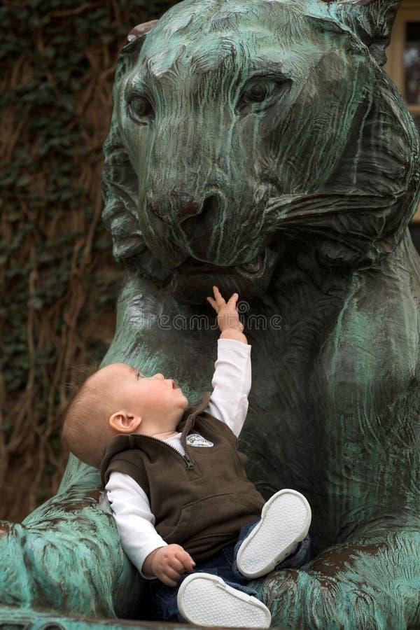 O bebê e o leão imagens de stock royalty free