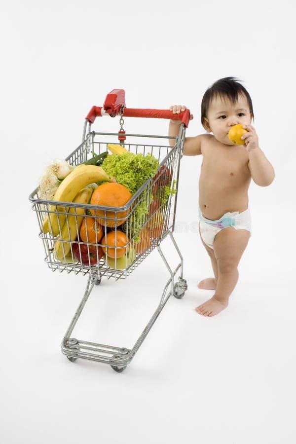 O bebê empurra um carro de compra fotos de stock royalty free