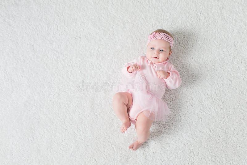 O bebê encontra-se no seu para trás fotos de stock