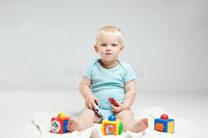 O bebê está jogando com brinquedos educacionais fotos de stock royalty free