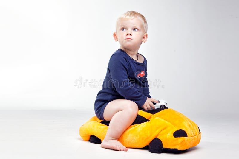 O bebê está jogando com brinquedos educacionais imagens de stock