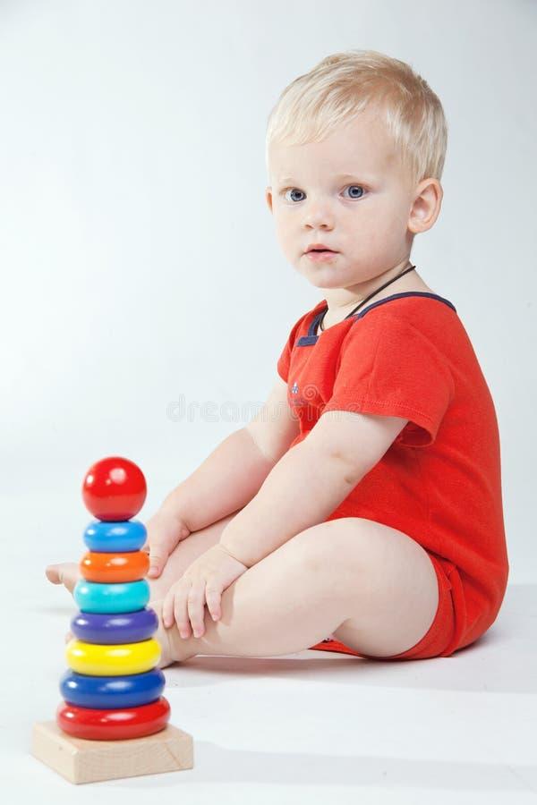 O bebê está jogando com brinquedos educacionais foto de stock royalty free