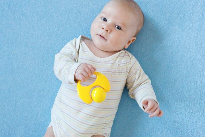 O bebê está jogando com brinquedos educacionais fotografia de stock