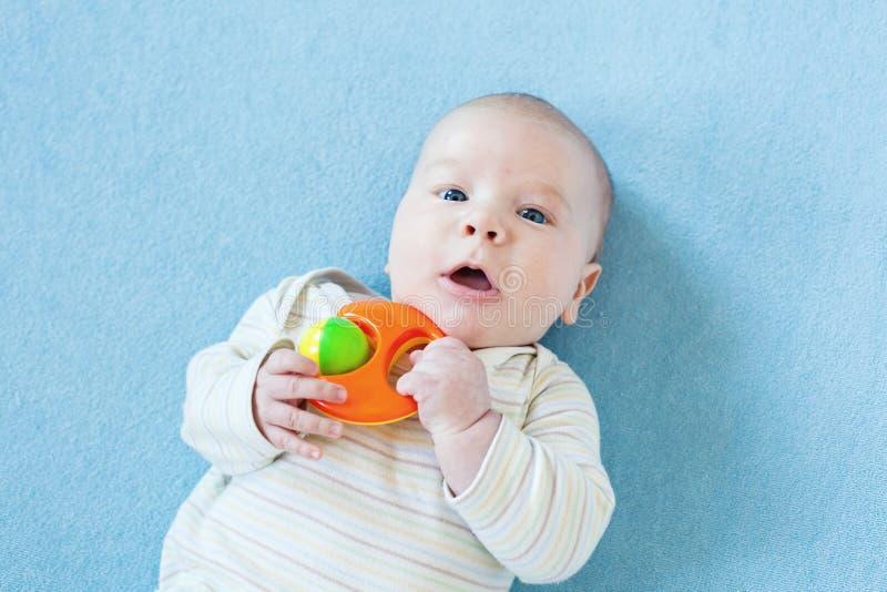 O bebê está jogando com brinquedos educacionais foto de stock