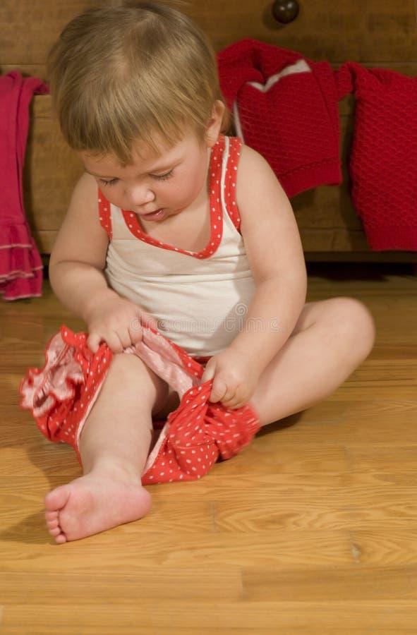 O bebê está põr sobre calças fotografia de stock