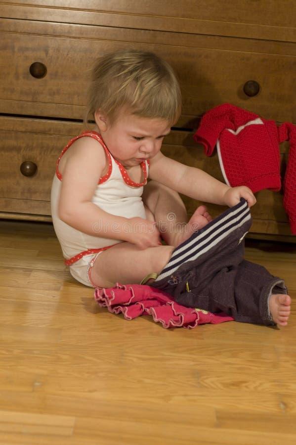 O bebê põr sobre calças imagem de stock