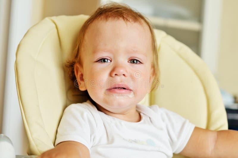 O bebê pequeno está gritando fotos de stock
