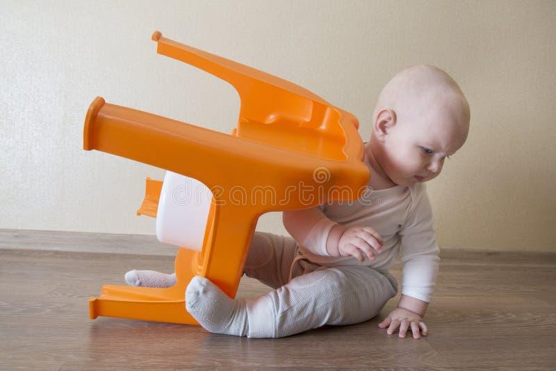 O bebê pequeno infeliz virou o potenciômetro imagens de stock royalty free