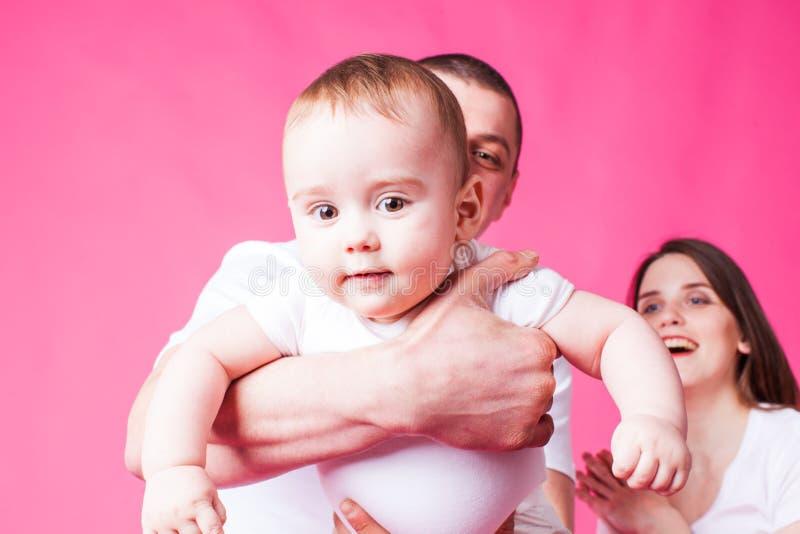 O bebê pequeno no ` s do pai arma a vista da câmera imagem de stock royalty free