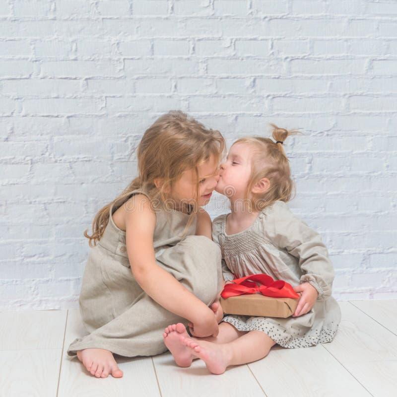 O bebê, presente de aniversário da menina, feriado, Natal, fundo branco da parede de tijolo foto de stock