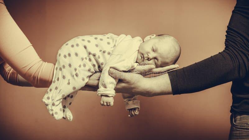 O bebê recém-nascido no conforto das mamãs arma-se imagem de stock