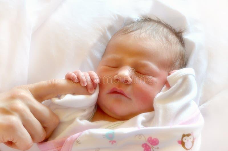 O bebê recém-nascido toca primeiramente imagens de stock