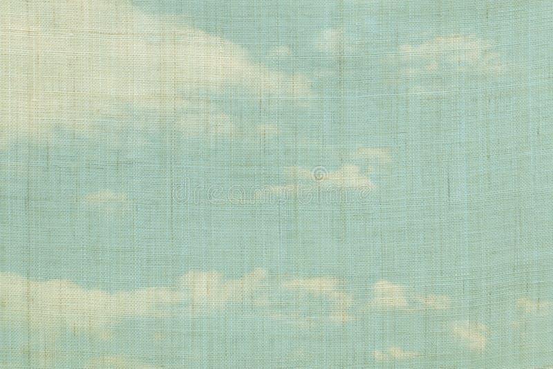 O bege coloriu a textura de pano do cânhamo com fundo do céu azul foto de stock
